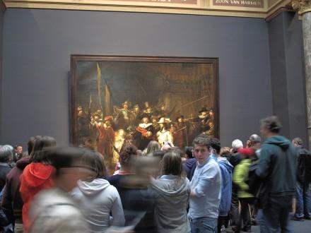 レンブラントの「夜警」の前には多くの人が集まる。