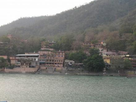ガンジス川岸にあるシバナンダのアシュラム。昔はこんなに巨大ではなかった。