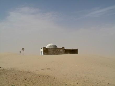 昔、ここはオアシスだったそうだ。 モスクの跡に、いろんな想いが広がる。