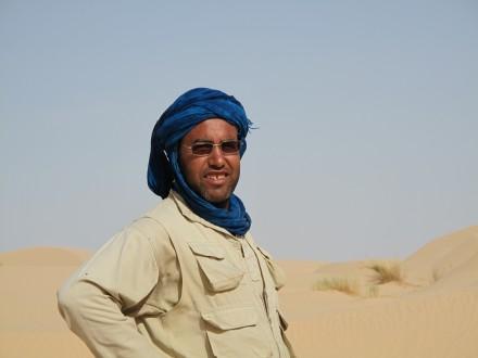 信頼できるガイドのアリ。 砂漠に住むBedouins民族。