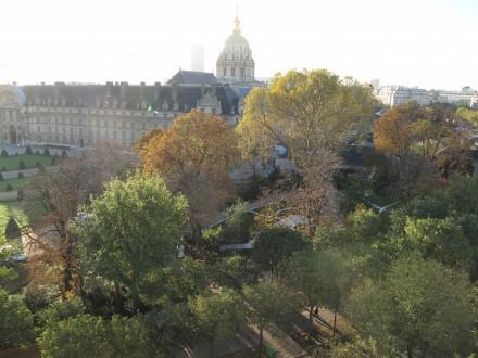 パリはすっかり秋。 向うに見えるのはアンバリッド