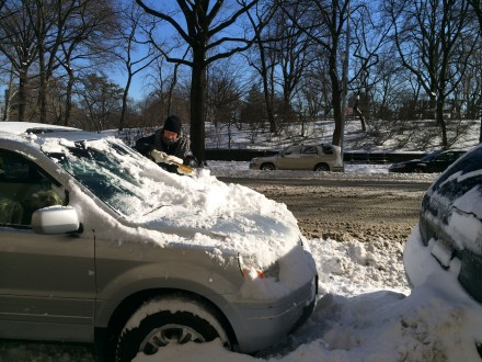 車の雪かきも大変。向うに見えるのはセントラルパーク