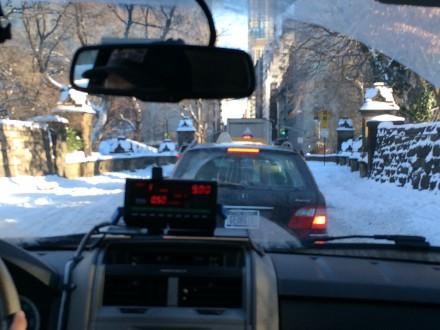 タクシーもゆっくり運転。