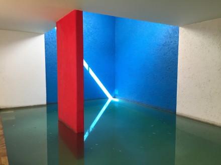 室内プールで、ここがダイニングルーム。光が、いる間にも刻々と変化して、瞑想のようだ。